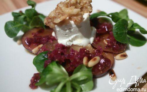 Рецепт Козий сыр, запечённый под ореховой корочкой на сливовом карпаччо