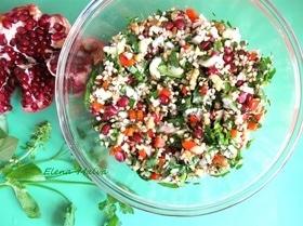 Салат с проростками зеленых зерен гречихи и гранатом