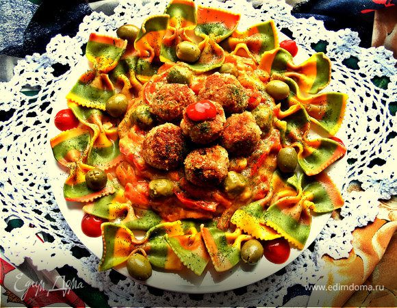 Тефтельки с трёхцветной пастой и овощной подливой