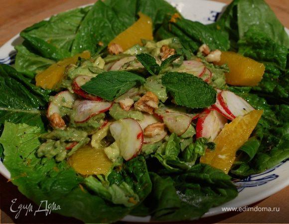 Салат с авокадо, орехами и редисом
