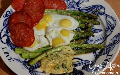 Рецепт Спаржа на гриле с колбасой и перепелиными яйцами