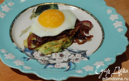 Рецепт Оладушки из цукини с яйцами и карамелизированным луком