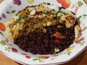 Треска с салатом из черного риса и вяленых помидоров