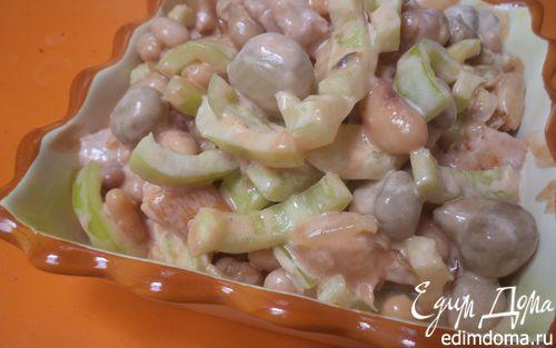 Рецепт Салат из копчёной курицы, консервированной фасоли и маринованных шампиньонов