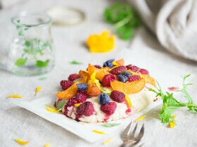 Сладкая фокачча с лавандой,малиной и абрикосами