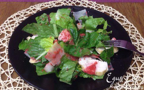 Рецепт Легкий салат с дыней, куриной грудкой гриль и клубничной заправкой