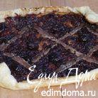 Открытый пирог с карамелизированным луком и анчоусами