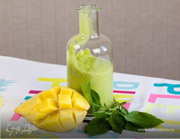 Напиток из манго с бананом, ананасом и шпинатом