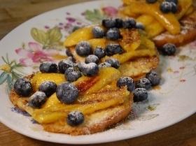 Ягоды и бананы на бриоши с кленовым сиропом