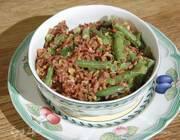 Салат из красного риса со стручковой фасолью