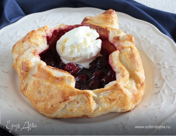 Открытый пирог с вишней и ванильным мороженым