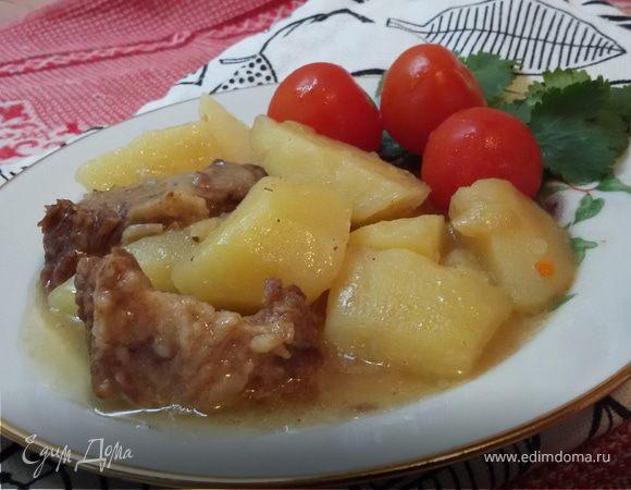 Говядина, тушеная с луком и картофелем
