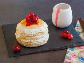 Блинный торт с ванильно-сливочным кремом и ягодным соусом
