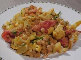 Салат из нута и пряной цветной капусты