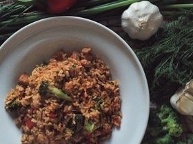 Жареный рис с овощами и курицей