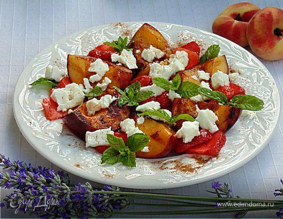 Персики-гриль с клубникой и фетой