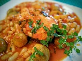 Летнее овощное рагу с фасолью и лососем