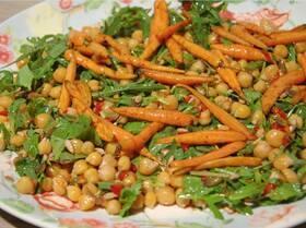 Салат с нутом и запеченной в меду морковью