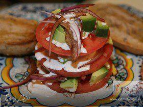 Башенка из помидора и авокадо со сметанной заправкой