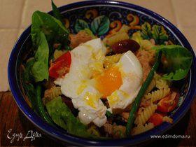 Салат Нисуаз с макаронами и яйцом пашот