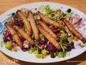 Салат с куриными колбасками, кедровыми орехами и изюмом