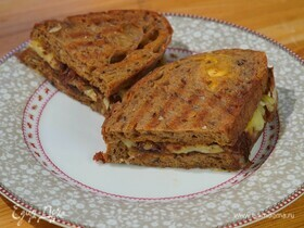 Горячие бутерброды с сыром и карамелизированным луком
