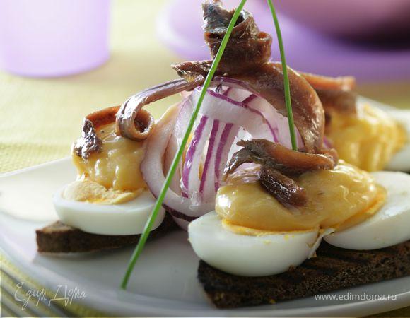 Яйца с соусом из филе анчоусов