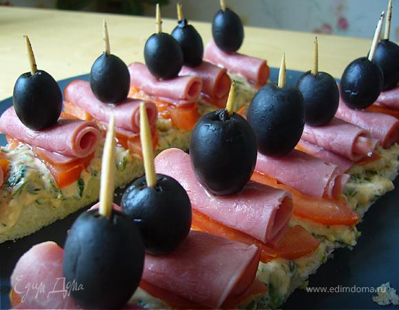 Канапе-экспресс с селедкой, огурцом и красным луком