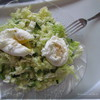 Легкий овощной салат с яйцом пашот
