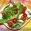 Овощной салат с базиликом и моцареллой.