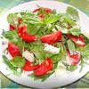 Салат с руколой,базиликом,помидорами и голубым сыром.