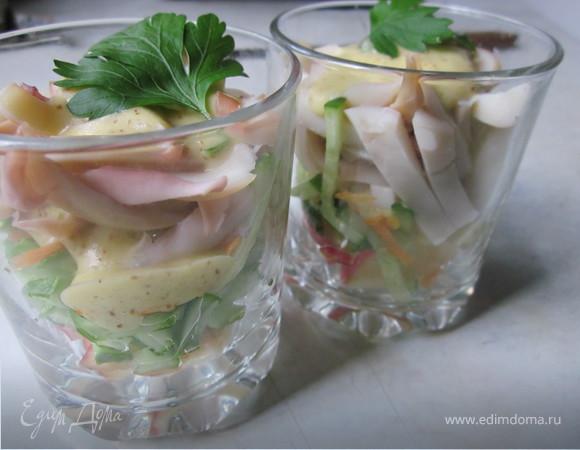 Салат-коктейль с кальмаром и яблоками