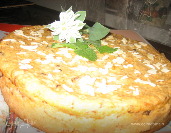 Пирог с яблоками, изюмом и миндалем