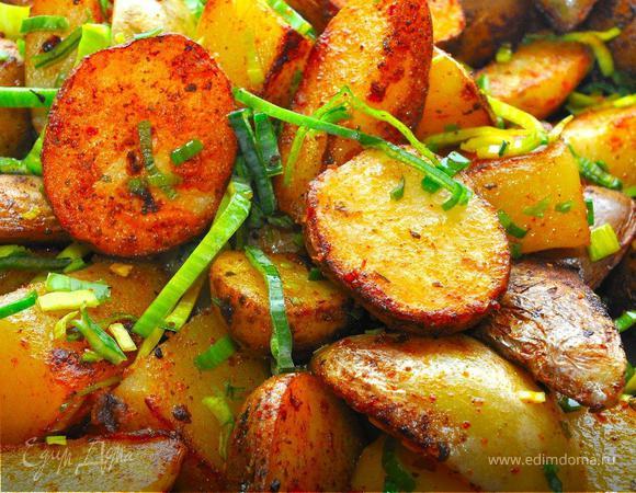 Сочный Кебаб с панчеттой, деревенский картофель и острый салат.
