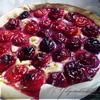 Пирог с марципаном, сливами и земляникой