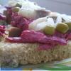 Мини-бутерброды со свеклой и сельдью.