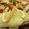 Сом в сухарно-ореховой панировке с соусом из авокадо от Джейми Оливера.