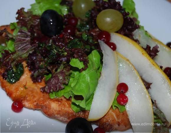 Воскресный ужин. Салат с грушей и жареной семгой