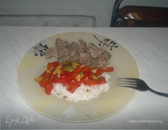 Белый рис с овощным рагу и мраморная говядина в традиционных французских специях.
