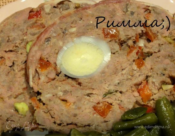 Мясной паштет с вялеными томатами, перепелиными яйцами и фисташками.