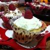 Рождественские капкейки с малиной в ванильном креме