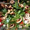 Салат с руколой, копченой куриной грудкой и ржаными блинчиками