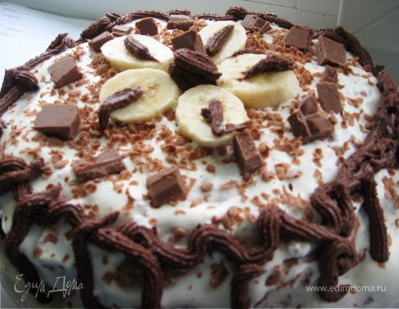 Шоколадный торт с бананами и клубничным сиропом
