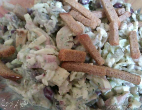 Салат с фасолью, шампиньонами, ветчиной, с чесночно-мятной заправкой и секретом