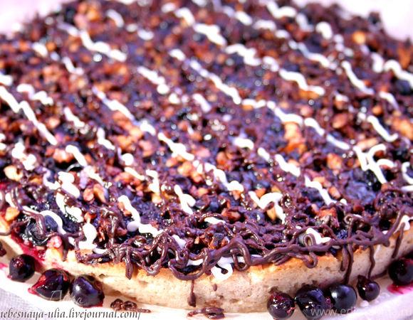Пирог с шоколадом и черной смородиной