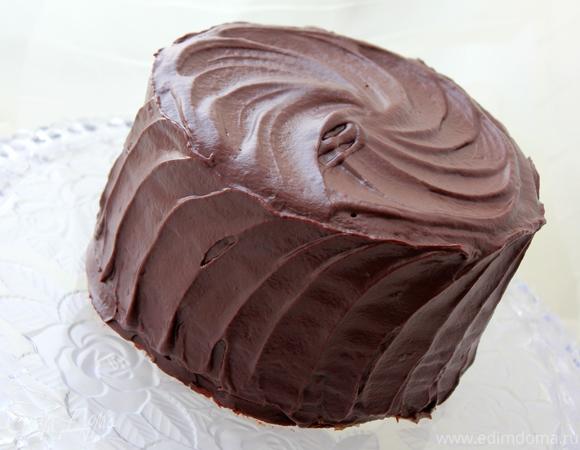 Многослойный шоколадный торт с карамелью