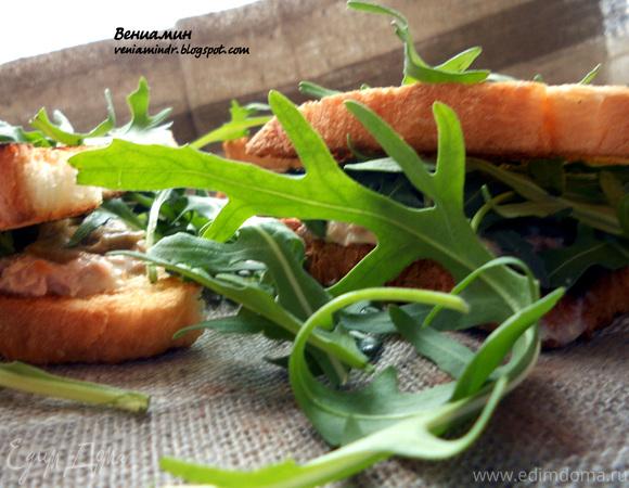 Сэндвич с тунцом, руколой и горчицей