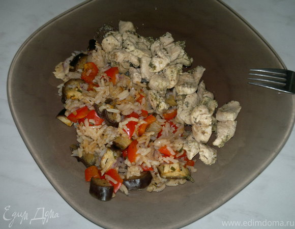 Рис с весенними овощами и куриная грудка в травах