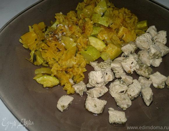 Рис с куркумой, паприкой и овощами и грудка индейки с хмели-сунели