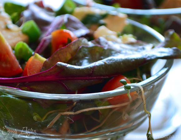 Летний зеленый салат с томатами и моцареллой